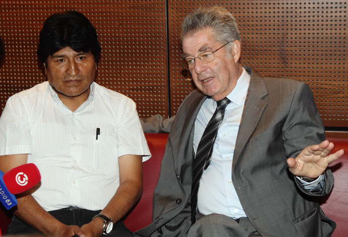 Bolivian President Morales and Austrian President Fischer address a news conference at the Vienna International Airport in Schwechat